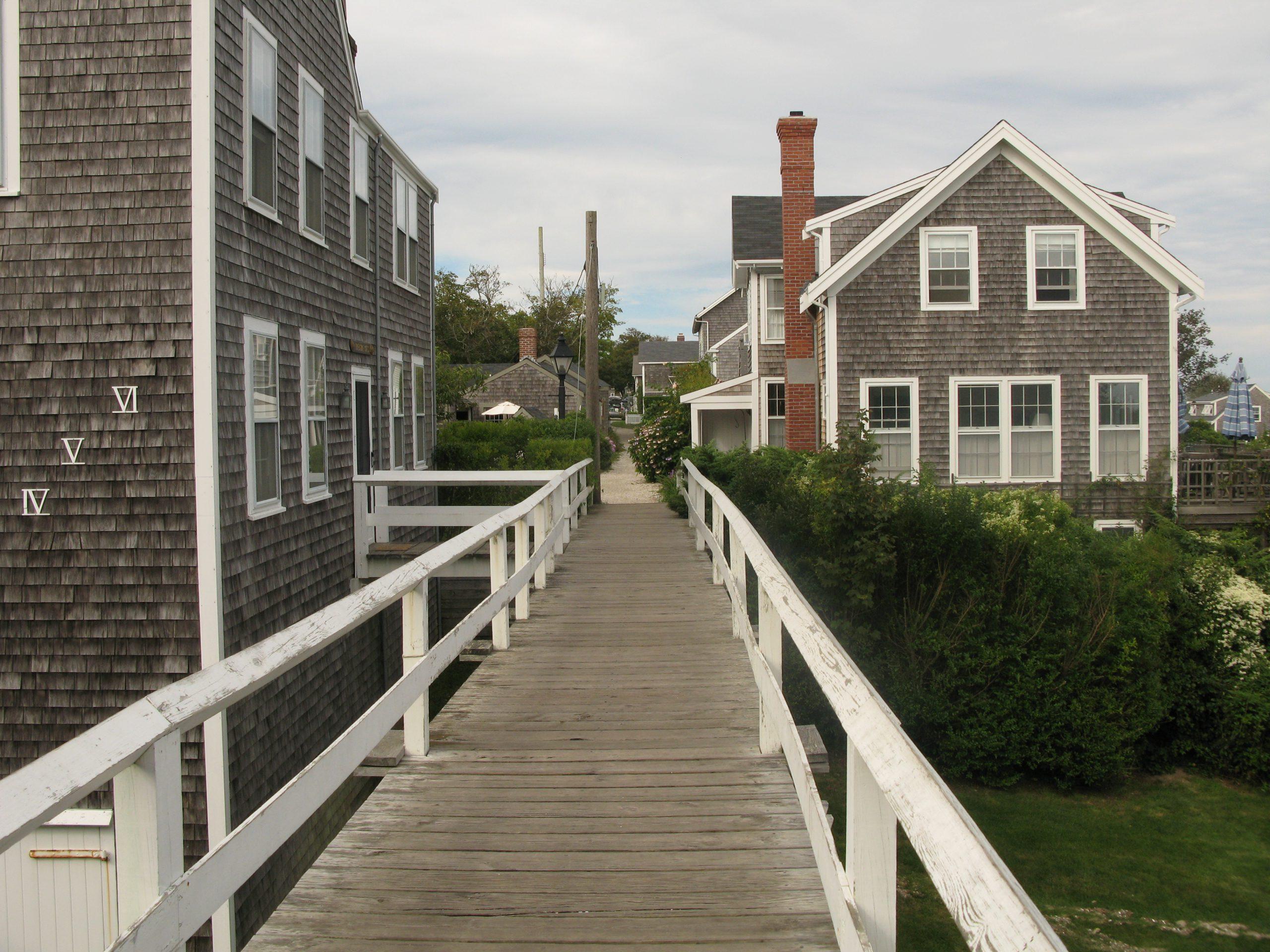 houten loopbrug huizen